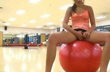 Girlfriend gets horny and flashing pussy at the Gym