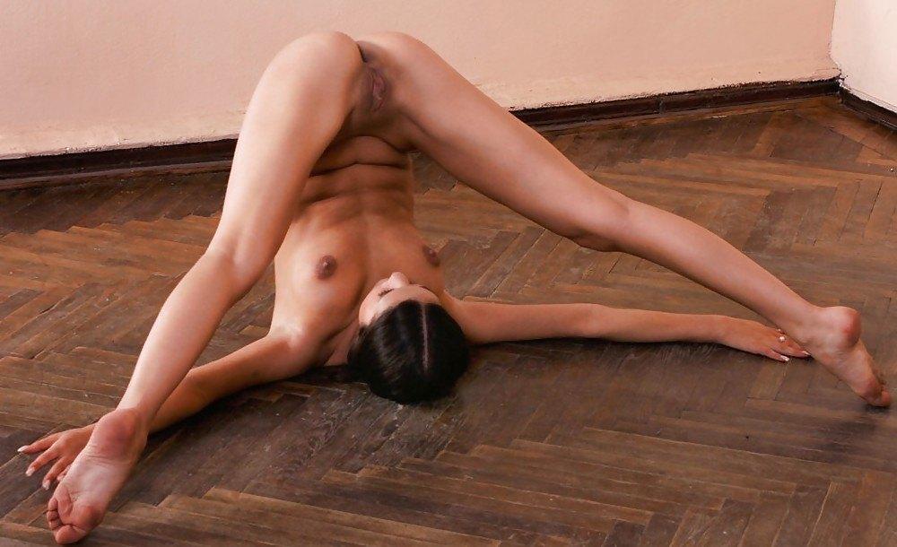 Шлюху час голая гимнастка без трусов видео